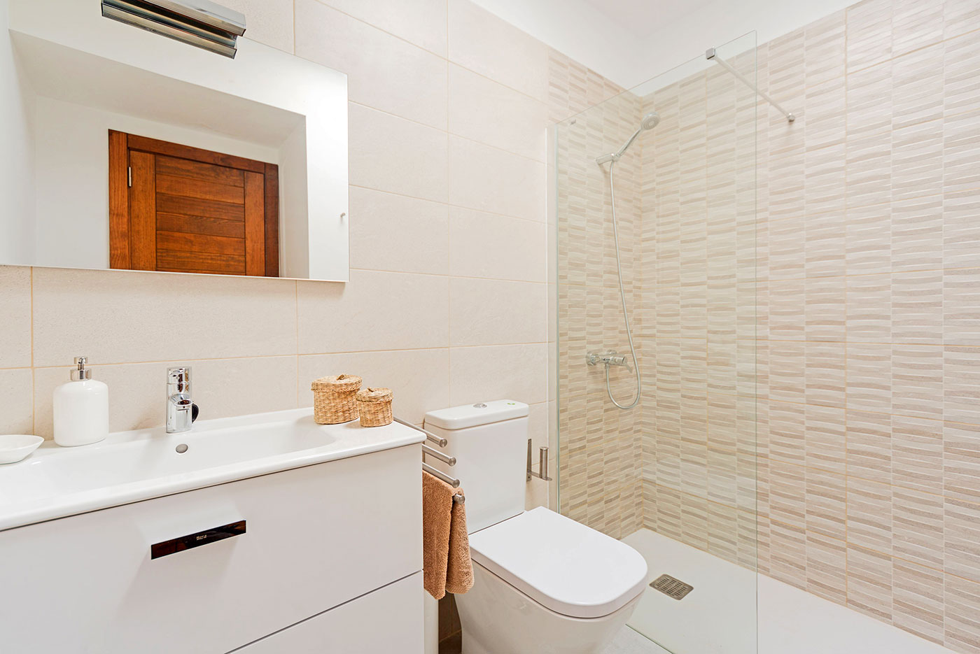 Villas-de-la-Marina-bathroom-en-suite